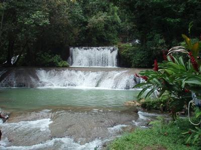 ジャマイカ、ボランティア活動地の近くの滝