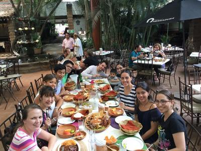 海外ボランティアをしながらメキシコ料理を堪能するボランティアたち