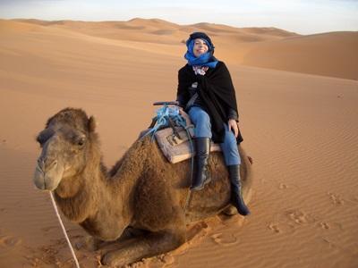 モロッコ、ラクダに乗るべく砂漠を歩くプロジェクトアブロードボランティア