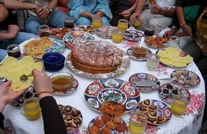 モロッコの伝統料理を食べるプロジェクトアブロードボランティア