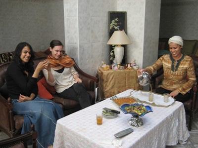 モロッコ、ホストファミリーとプロジェクトアブロードボランティアのティータイム