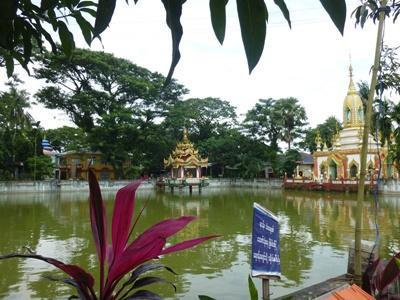 ミャンマーの風景 修道院