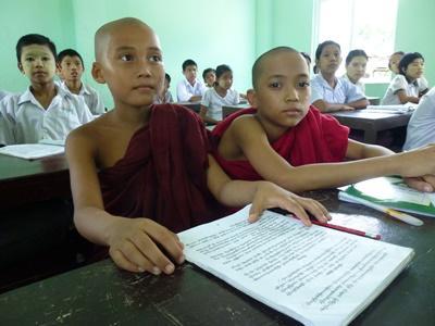 授業に出席しているミャンマーの子供たち