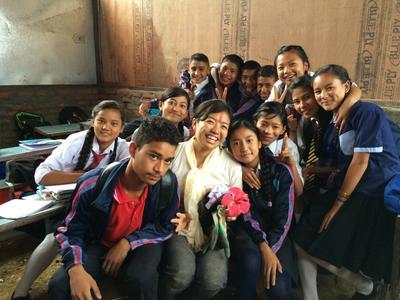 教室に集まるネパールの生徒と日本人ボランティア