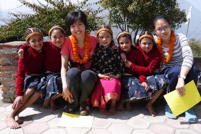 ネパールで海外ボランティア チャイルドケア活動に参加中の日本人ボランティア