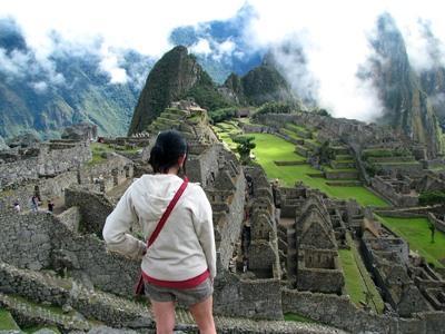 ペルー、世界七不思議の一つマチュピチュを荼毘するボランティアたち