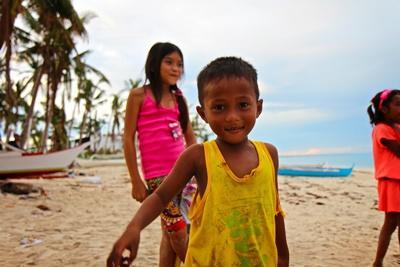 フィリピン、セブ、現地の道端にて子ども