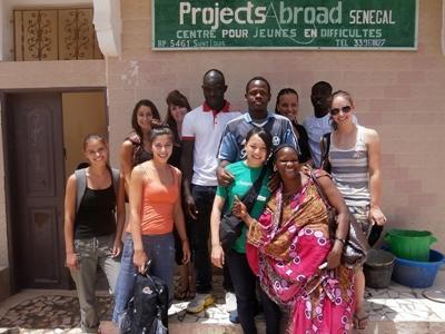 セネガルのケア活動で働くボランティア仲間たち