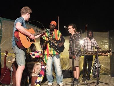 セネガルで音楽セッションをするボランティ