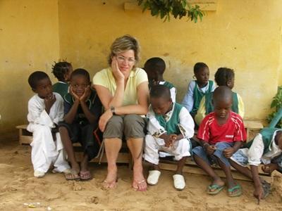 セネガル、子供達とビーチに座るボランティアたち