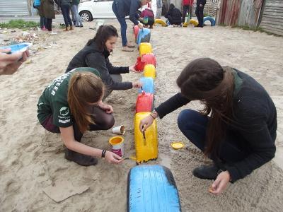 マンデラデーに遊具のペンキ塗りをする南アフリカのボランティア