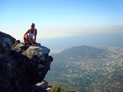 南アフリカ、lions head mountain の頂上に座るプロジェクトアブロードボランティア