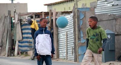 南アフリカの路上でサッカーする子供たち
