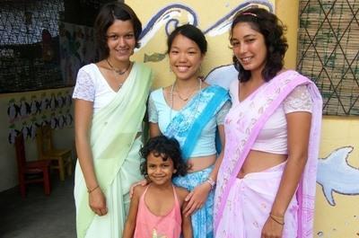 スリランカ、伝統衣装を着るギャップイヤー参加中のボランティア