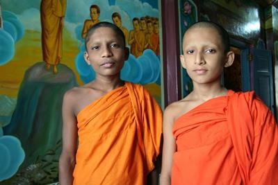 スリランカ、伝統衣装を着るモンクたち