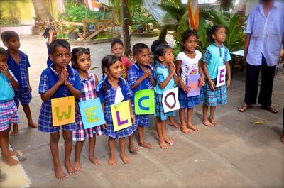 スリランカで海外ボランティアや海外インターンシップ ボランティアの到着を待ちわびるスリランカの子供たち