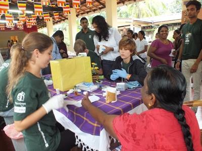 スリランカでアウトリーチ活動中の医療ボランティア