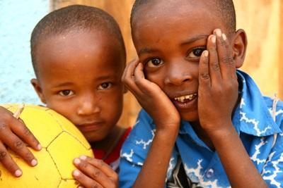 タンザニア、ボランティア活動地での男の子