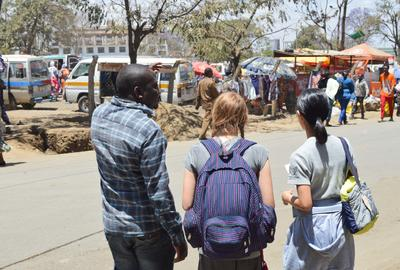 タンザニアで海外ボランティア・インターンシップ オリエンテーションで町を歩くボランティアとスタッフ