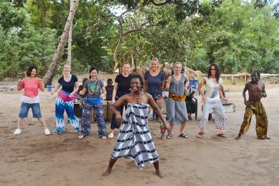 タンザニアで海外ボランティア・インターンシップ 現地の伝統のダンスを習うボランティアたち