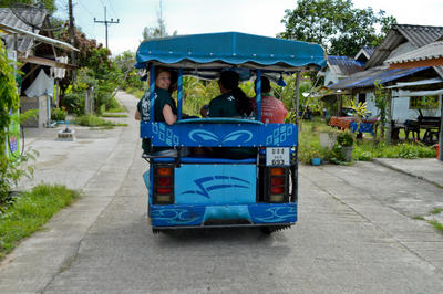 東南アジアのタイに到着したボランティアたち