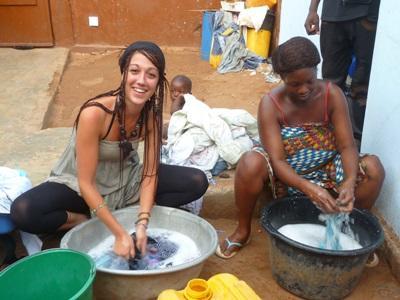 トーゴ、現地の女性の皿洗いを手伝うプロジェクトアブロードボランティア