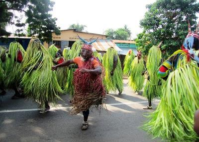 トーゴの伝統ある祭りに参加する地元の人々