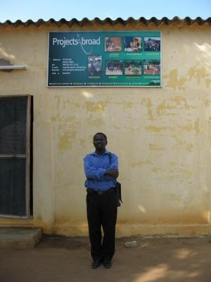 トーゴオフィスの前に立つプロジェクトアブロードスタッフ