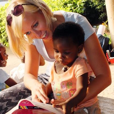トーゴで子供に読み方を教える女性ボランティア