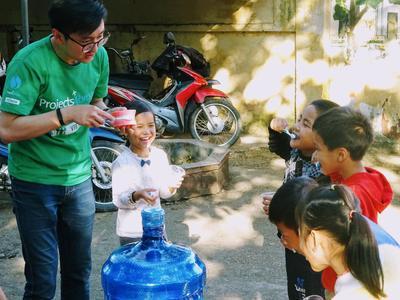 ベトナムの子供たちに歯磨き指導をするボランティア