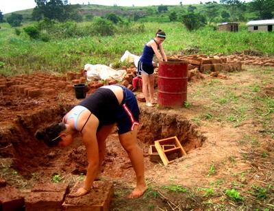 アフリカの建築プロジェクトで材料を用意するボランティア