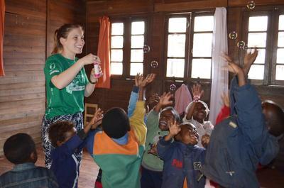 アフリカの島国マダガスカルで子供のケアの海外ボランティア