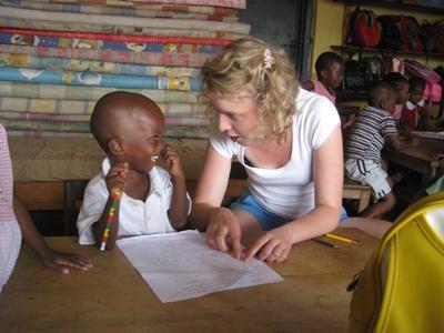 アフリカで子供たちのケアをするプロジェクトアブロードのボランティア