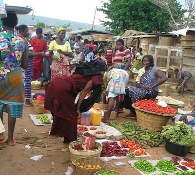 国際開発プロジェクトの支援を受け地元一場で商売をするアフリカの女性