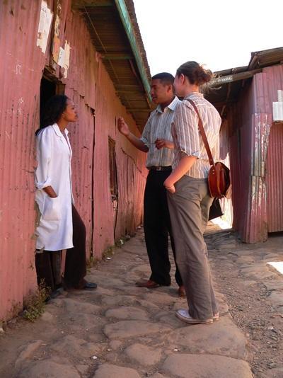 アフリカで現地の人にインタビューをするジャーナリズムのインターン