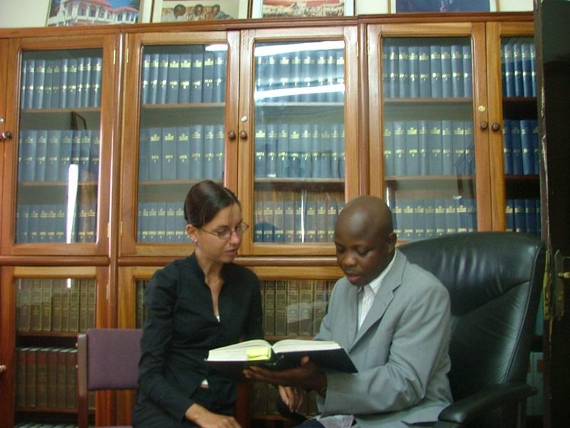 ガーナの法律&人権プロジェクトで資料を読み込むインターン生