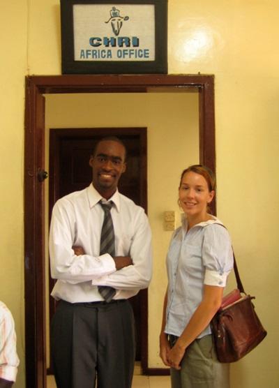 アフリカのガーナの人権プロジェクトに参加するインターン生