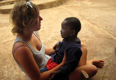 西アフリカ、ガーナ。プロジェクトアブロードボランティアと遊ぶ子どもたち