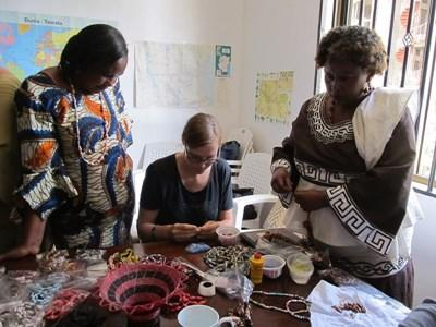 西アフリカのガーナで現地の女性たちに指導するマイクロファイナンスのインターン