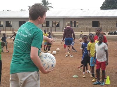 アフリカでサッカーコーチのボランティア