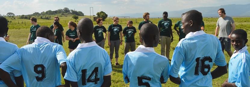 アフリカの子供たちにスポーツを教える海外ボランティア