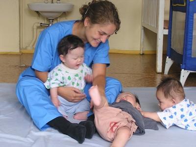アジアで赤ちゃんのお世話をするチャイルドケアのボランティア