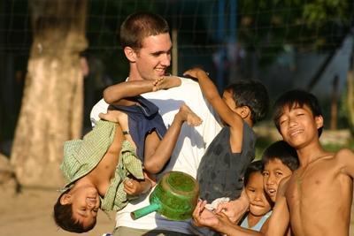 アジで子供たちのケアをするプロジェクトアブロードのボランティア