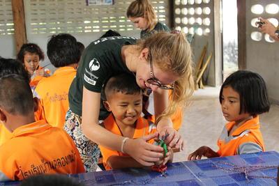 東南アジアのタイで子供のケア活動に励むボランティアの様子