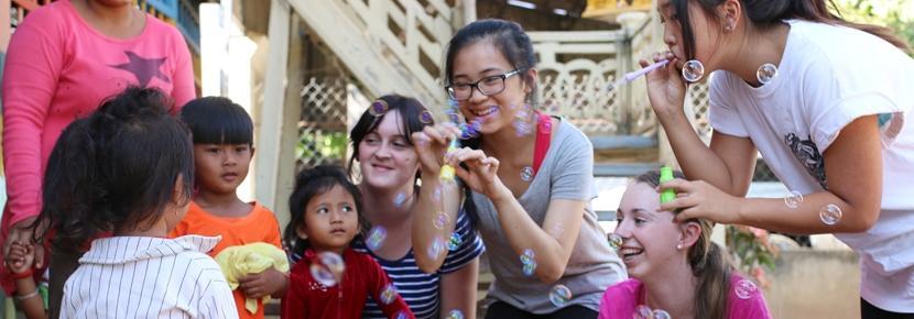 アジアの発展途上国で子供のケアの海外ボランティア