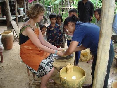 アジアの活動国で現地の人に陶器の作り方を教わる異文化体験ボランティア