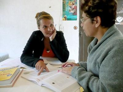 現地のNGOスタッフと話し合いをする国際開発プロジェクトのボランティア