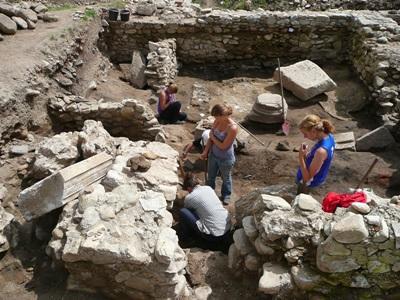 ヨーロッパで考古学プロジェクトに参加するボランティア