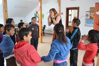 プロジェクトアブロードのボランティアがルーマニアの子供たちと遊んでいる場面