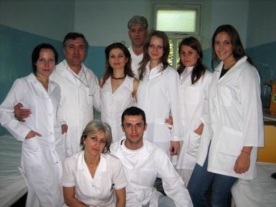 東ヨーロッパのクリニックの医療スタッフとインターン